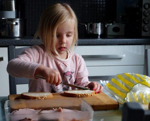 Rodzinne gotowanie 1 495x400 - Rodzinne gotowanie - pomysł na kreatywną zabawę w kuchni