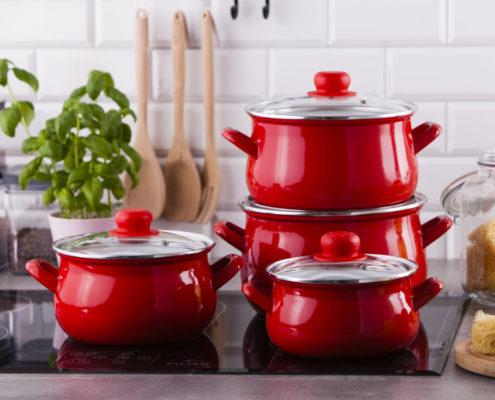 zestaw garnkow emaliowanych ze szklanymi pokrywkami silesia rybnik zoska czerwony 8 elementow 495x400 - Rodzinne gotowanie - pomysł na kreatywną zabawę w kuchni