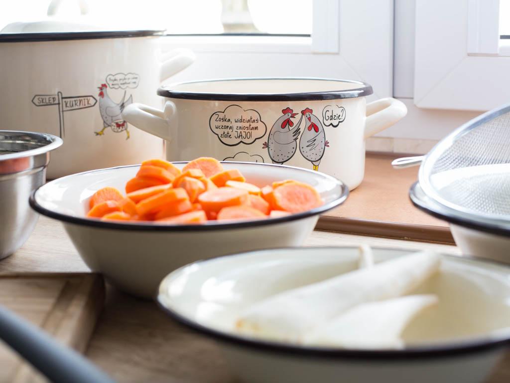 Wyśmienity drobiowy rosół ugotujemy z kury oraz świeżych warzyw