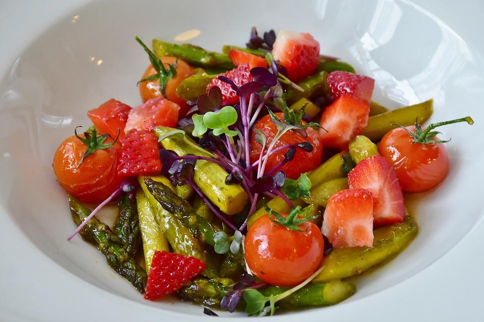 salad 2171612 960 720 - Dlaczego warto mieć w swojej kuchni miski emaliowane?