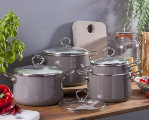 zestaw garnkow emaliowanych izydor silesia szary 495x400 - Dlaczego warto mieć w swojej kuchni miski emaliowane?