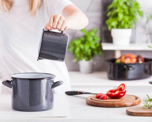 garnki emaliowane w kuchni