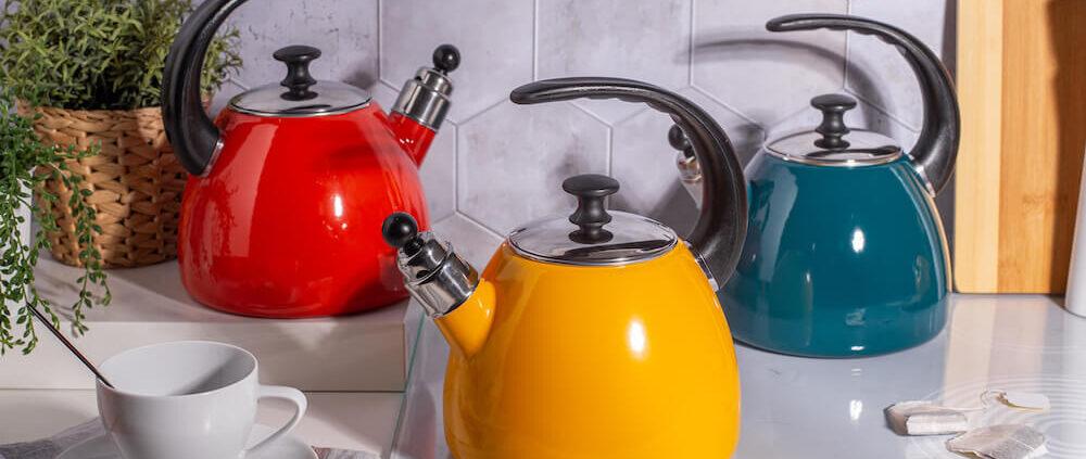 czajniki emaliowane w trzech kolorach